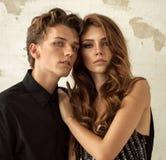 Jonge modellen die elkaar koesteren stock foto's