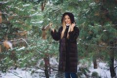 Jonge modelmeisjesgang in het de winterbos royalty-vrije stock foto