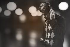 Jonge moderne mens het luisteren muziek Stock Fotografie