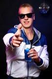 Jonge modieuze kerel in de nachtclub Royalty-vrije Stock Afbeeldingen