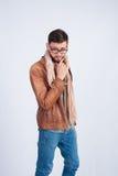 Jonge modieuze kerel in het bruine jasje Stock Fotografie