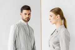 jonge modieuze mannelijke en vrouwelijke modellen in uitstekende kleren royalty-vrije stock foto