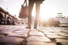 Jonge modieuze mens met zijn zak Royalty-vrije Stock Foto's