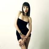 Jonge modieuze vrouw in armband stock foto's