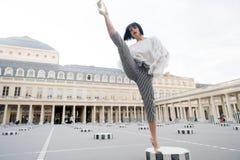 Jonge modieuze vrouw in broek met spleet op straat in Parijs, Frankrijk stock afbeeldingen