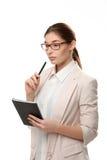 Jonge modieuze vrouw die houdend een blocnote en een pen bevinden zich Royalty-vrije Stock Fotografie