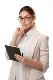 Jonge modieuze vrouw die houdend een blocnote en een pen bevinden zich Stock Foto's