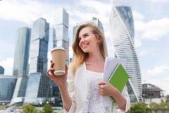 Jonge modieuze vrouw het drinken koffie Royalty-vrije Stock Foto