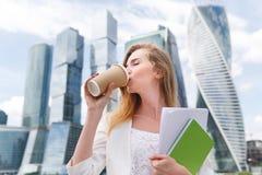 Jonge modieuze vrouw het drinken koffie Stock Foto