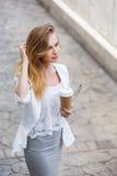 Jonge modieuze vrouw het drinken koffie Royalty-vrije Stock Fotografie