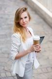 Jonge modieuze vrouw het drinken koffie Stock Fotografie