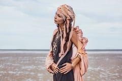 Jonge modieuze vrouw met modieuze bohotoebehoren op bea royalty-vrije stock foto