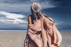 Jonge modieuze vrouw met modieuze bohotoebehoren op bea stock afbeeldingen