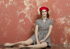Jonge modieuze vrouw in modieuze kleding in uitstekende stijl en een rode baret Royalty-vrije Stock Foto