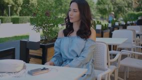 Jonge modieuze vrouwenzitting in koffie, die van de tijd genieten stock videobeelden