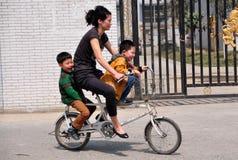 Pengzhou, China: Moeder en Zonen op Fiets Stock Afbeelding