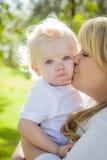 Jonge Moeder die Haar Aanbiddelijke Babyjongen houden Stock Afbeeldingen