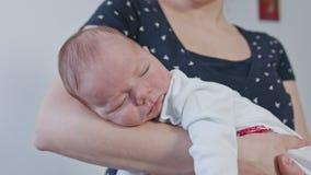 Jonge Moeder die haar baby in haar wapens houden stock footage