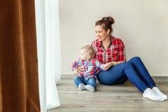 Jonge moeder die haar kind houden royalty-vrije stock fotografie