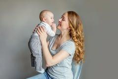 Jonge moeder die haar pasgeboren kind houden stock foto's