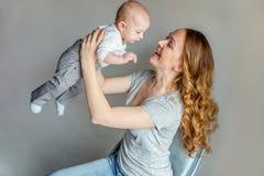 Jonge moeder die haar pasgeboren kind houden royalty-vrije stock fotografie