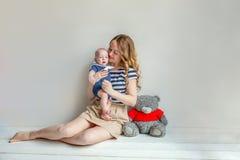 Jonge moeder die haar pasgeboren kind houden stock fotografie
