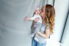 Jonge moeder die haar pasgeboren kind houden royalty-vrije stock foto