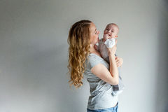 Jonge moeder die haar pasgeboren kind houden Royalty-vrije Stock Afbeelding