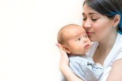 Jonge moeder die haar pasgeboren kind houden Mamma pleegbaby royalty-vrije stock foto