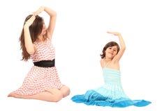 Jonge moeder die met haar weinig dochter speelt royalty-vrije stock fotografie