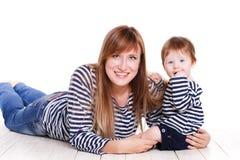 Jonge moeder die met haar weinig dochter speelt Stock Foto