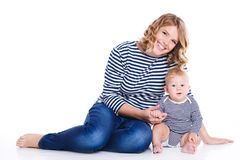 Jonge moeder die met haar weinig zoon spelen Stock Foto