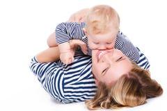 Jonge moeder die met haar weinig zoon spelen Stock Foto's