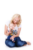 Jonge moeder die met haar weinig zoon spelen Stock Afbeeldingen