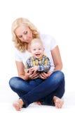 Jonge moeder die met haar weinig zoon spelen Royalty-vrije Stock Foto's