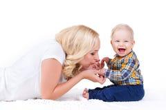 Jonge moeder die met haar weinig zoon spelen Royalty-vrije Stock Afbeeldingen