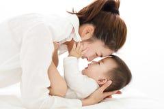 Jonge Moeder die op zoete babyjongen letten royalty-vrije stock foto's