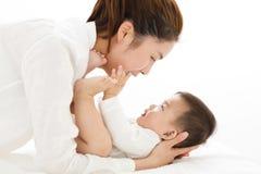 Jonge Moeder die zoete babyjongen houden stock afbeelding
