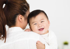 Jonge Moeder die zoete babyjongen houden royalty-vrije stock foto