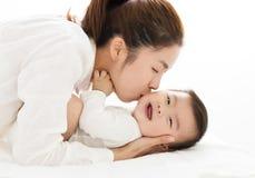 Jonge moeder die zoete babyjongen kussen royalty-vrije stock foto's