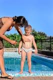 Jonge moeder die zonnescherm toepassen op haar zoon royalty-vrije stock foto's