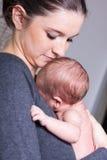Jonge moeder dragende zuigeling royalty-vrije stock foto