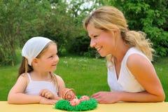 Jonge moeder en dochter die de tijd van Pasen hebben Royalty-vrije Stock Foto's