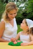 Jonge moeder en dochter die de tijd van Pasen hebben Stock Foto