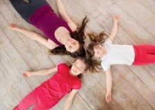 Jonge moeder en dochter die op de vloer liggen Royalty-vrije Stock Fotografie
