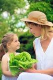 Jonge moeder en dochter met sla Royalty-vrije Stock Foto