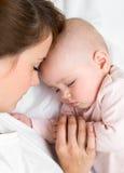 Jonge moeder en haar babyslaap samen Stock Fotografie