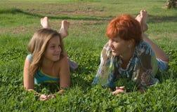Jonge moeder en haar dochter bij het park Stock Foto's