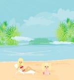 Jonge moeder en haar dochter bij strand Stock Afbeelding