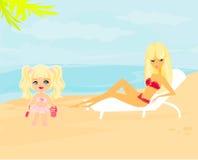 Jonge moeder en haar dochter bij strand Royalty-vrije Stock Foto's